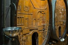 Barriles de vino en el sótano viejo Fotografía de archivo