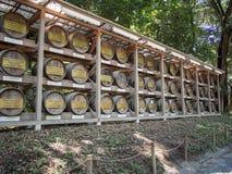 """Barriles de vino en Meiji JingÅ """"Srine, Tokio, Japón imagenes de archivo"""