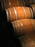 Barriles de vino en sótano Imagenes de archivo