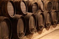 Barriles de vino en sótano del lagar Imagenes de archivo