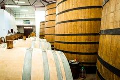 Barriles de vino grandes y pequeños Fotos de archivo libres de regalías