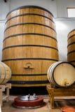 Barriles de vino grandes y pequeños Fotos de archivo
