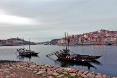 Barriles de vino de Oporto en un barco Oporto fotografía de archivo libre de regalías