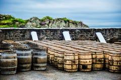 Barriles del whisky por el mar fotos de archivo