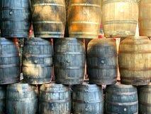 Barriles del whisky del roble apilados en la exhibición fotos de archivo libres de regalías
