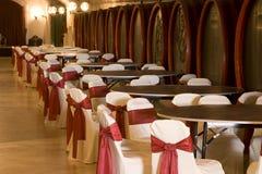 Barriles en un vino-sótano. Imagenes de archivo