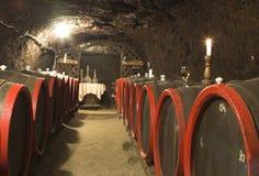 Barriles en un vino-sótano. Foto de archivo libre de regalías