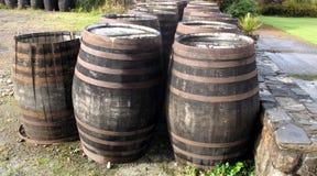barriles escoceses/del whisky viejos imagenes de archivo