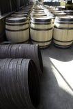 Barriles para el vino empilado afuera en filas Foto de archivo libre de regalías