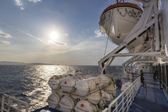 Barriles que contienen las balsas salvavidas de la emergencia en la nave, en Grecia r Fotografía de archivo libre de regalías