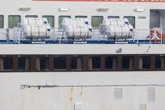 Barriles que contienen las balsas salvavidas de la emergencia en la nave, en Grecia r Fotografía de archivo