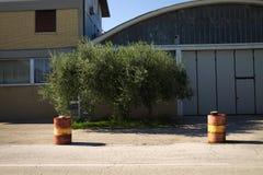 Barriles rojos y amarillos en la calle Foto de archivo libre de regalías