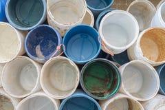 Barriles vacíos listos para cargar del cebo fresco en un muelle de trabajo Foto de archivo