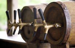 Barriles viejos de madera con el tubo para la cerveza Fotos de archivo libres de regalías