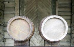 Barriles viejos de madera para el frío y la cerveza de restauración Imagen de archivo