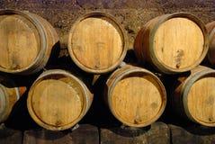 Barriles viejos en una cueva del vino Imagen de archivo