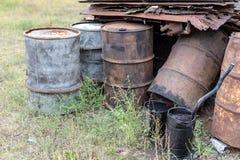 Barriles viejos para el diesel Envases del metal para el aceite que se coloca en fotos de archivo libres de regalías