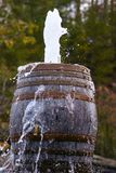 Barriles viejos rústicos que tiran el agua fuera del top Imagen de archivo