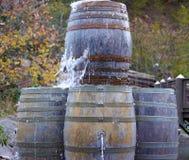 Barriles viejos rústicos que tiran el agua fuera del top Foto de archivo libre de regalías