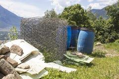 Barriles y basura azules en naturaleza y un cielo azul fotos de archivo libres de regalías