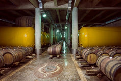 Barriles y cisterna de madera del metal con el vino dentro del sótano viejo de la casa del vino de Kindzmarauli Corporation Fotos de archivo