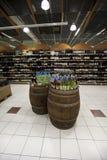 Barriles y estantes italianos de la tienda de las botellas de vino Foto de archivo libre de regalías