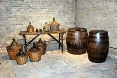 Barriles y jarros de vino Foto de archivo libre de regalías