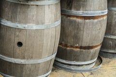 Barriles y los tanques de madera viejos para procesar el vino Foto de archivo