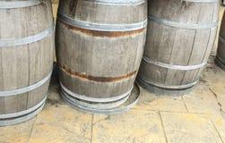Barriles y los tanques de madera viejos para procesar el vino Fotografía de archivo