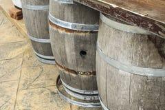 Barriles y los tanques de madera viejos para procesar el vino Fotos de archivo libres de regalías