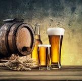 Barriles y vidrios de cerveza viejos Fotos de archivo libres de regalías
