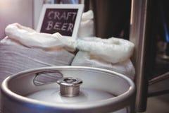 Barrilete con el saco de la cebada en la cervecería Imagenes de archivo