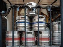 Barriletes de cerveza de acero en la parte de atrás del restaurante imagenes de archivo
