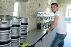 Barriletes que llevan del fabricante del retrato en cervecería foto de archivo