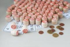 Barriletes, tarjetas y monedas de madera para un juego en una loteria Fotografía de archivo