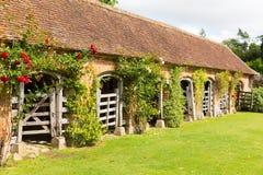 Barrington Court nahe Ilminster Somerset England Großbritannien mit Ställen im Sommersonnenschein Stockbilder