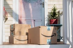 Barrington, IL/USA 12-08-2018: De vakantiepakketten komen van Amazonië aan stock afbeelding