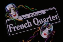 Barrio francés y dos máscaras Fotos de archivo libres de regalías