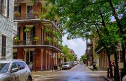 Barrio francés y peatones pintorescos en la calle Viaje de las calles del barrio francés de New Orleans Fotos de archivo