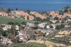 Barrios residenciales periféricos de la orilla del lago Fotografía de archivo