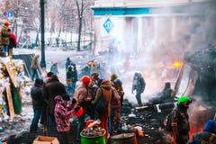 Barrique com os protestadores na rua de Hrushevskogo em Kiev, Reino Unido Fotografia de Stock Royalty Free