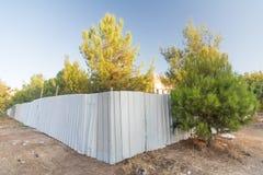 Barrière de construction dans une forêt Photos libres de droits