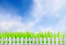 Barrière en bois dans une herbe verte Images libres de droits