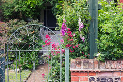 Barrière et jardin avec des fleurs Photo libre de droits