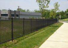 Barrière noire de fer par un trottoir Image stock