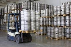 Barris de cerveja da carga da empilhadeira Fotografia de Stock