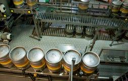 Barris de cerveja na linha de produção na fábrica Foto de Stock