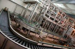 Barris de cerveja na linha de produção na fábrica Fotografia de Stock