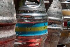 Barris de cerveja usados para armazenar as bebidas empilhadas acima Foto de Stock