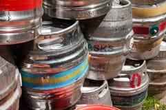 Barris de cerveja usados para armazenar as bebidas empilhadas acima Fotografia de Stock